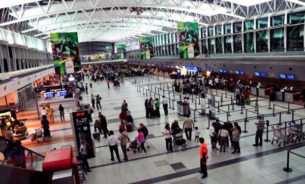 Economía afirma que flexibilizó la compra de dólares para quienes viajen al exterior