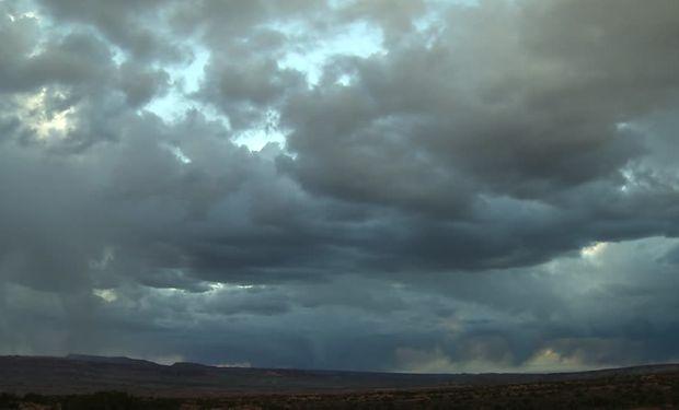 Sobre el sur de Buenos Aires seguirán observándose tormentas y chaparrones aislados, con acumulados dispares acompañando las tormentas.