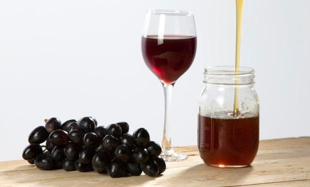 La miel de uva es de origen vegetal, la cocción muy suave hace que mantenga el sabor y todas las propiedades antioxidantes.