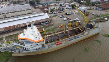 Ante la bajante del río Paraná, el puerto de Santa Fe draga su ingreso para poder operar