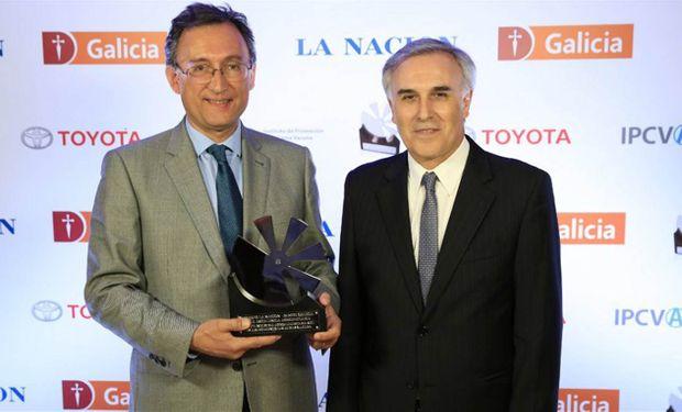 Adolfo Navajas Fournier y Claudio Anselmo, de Las Marías, al recibir anoche el premio.