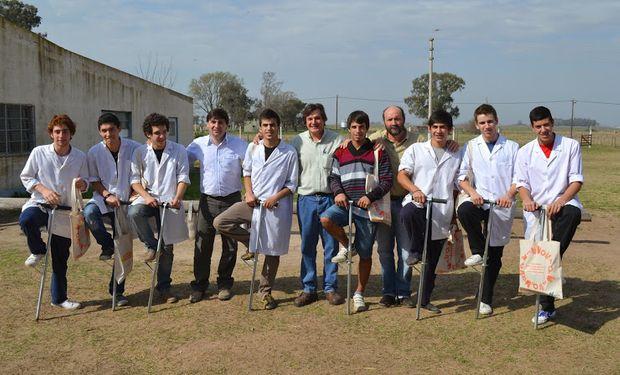 """Alumnos de la escuela de Educación Secundaria Agraria Nº 1 """"Manuel Belgrano"""", ubicada en 30 de Agosto, provincia de Buenos Aires."""