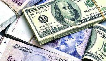 Bajaron el dólar y el riesgo país, que perforó la barrera de los 900 puntos