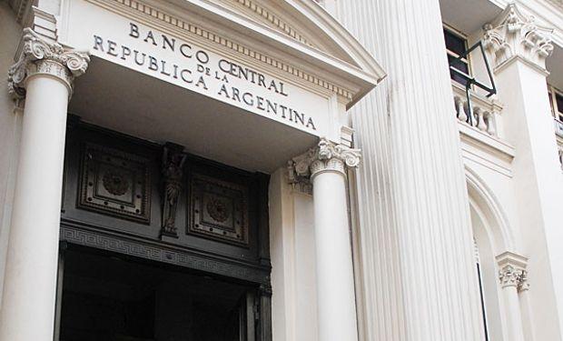 BCRA ya tiene más papeles que dólares