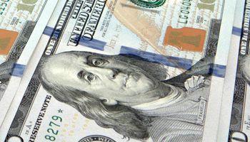 """El dólar """"solidario"""" supera al blue, que alcanzó los $80 en el debut de la ley de emergencia"""