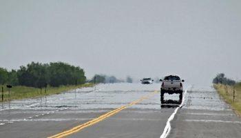 Por qué se ven charcos de agua en la ruta los días de calor