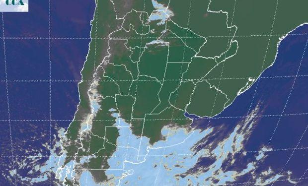 La foto satelital presenta abundante nubosidad en el sur de LP y el sur sudeste de BA.