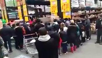 Video: a los empujones para comprar aceite en un mayorista