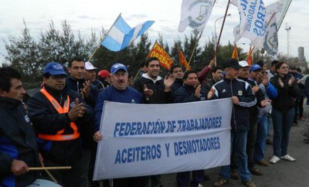 Aceiteros bloqueó el ingreso a terminales portuarias.