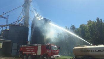 Se incendió una secadora de granos y los bomberos trabajaron 8 horas para sofocar las llamas