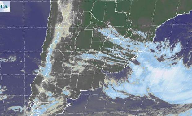 En el recorte de la Imagen Satelital se observa la posición del sistema ciclónico frente a las costas uruguayas con intensa actividad.