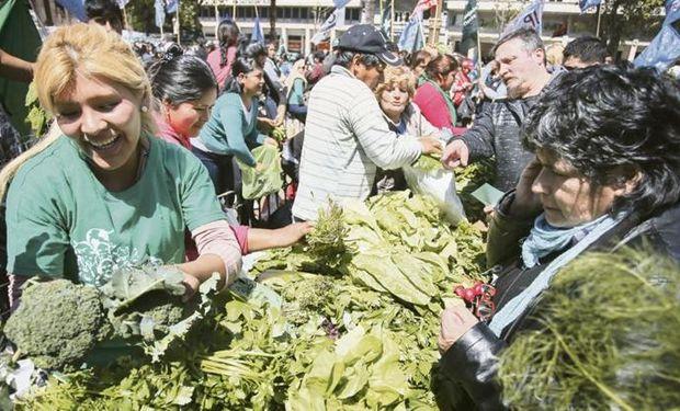Una feria en pleno centro: los agricultores vendieron bolsones a precios económicos y la plaza se colmó de gente buscando la oferta.