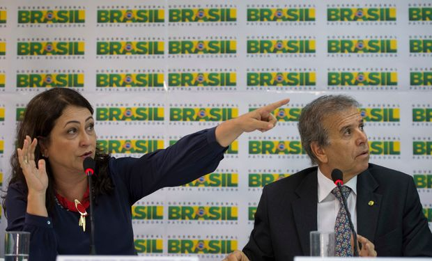 Ministra de Agricultura de Brasil Kátia Abreu y ministro de Puertos.