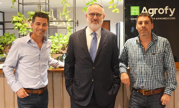 Eduardo Elsztain en las oficinas de Agrofy junto a Alejandro Larosa y Maxi Landrein, co-fundadores de la empresa.
