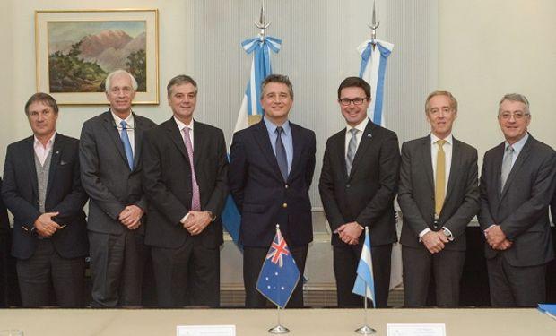 Los funcionarios nacionales junto a los australianos que participaron del encuentro bilateral.