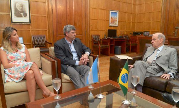 Durante el encuentro con el embajador de Brasil en Argentina.