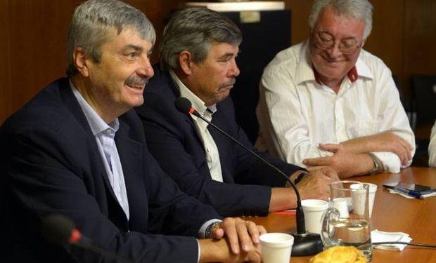 Néstor Roulet durante su discurso junto a Jesús Sylveira y Raul Robín. Fuente: Ministerio de Agroindustria.