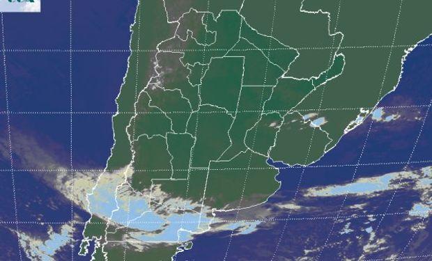 La foto satelital muestra la banda nubosa asociada al avance de un sistema frontal que tendrá escasa actividad en la región pampeana.
