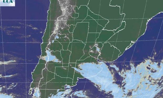 La foto satelital presenta coberturas nubosas sobre el sudeste de BA, las cuales evolucionan de la perturbación que se observaba ayer en el norte de la Patagonia.