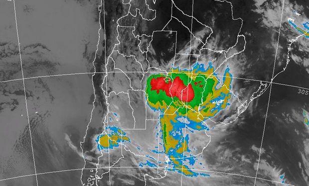 En la Imagen Satelital claramente puede observarse tanto la posición como la extensión y el desarrollo que provoca dicho sistema frontal.