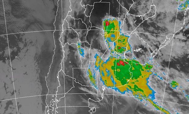 La foto satelital muestra una extendida y homogénea cobertura marcando el avance del sistema frontal sobre LP y BA, luego de una franja de transición más desorganizada, se arriba a un sector donde se observan tormentas dentro de la masa de aire cálido.