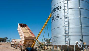 Agricultores almacenan maíz y soja en Estados Unidos