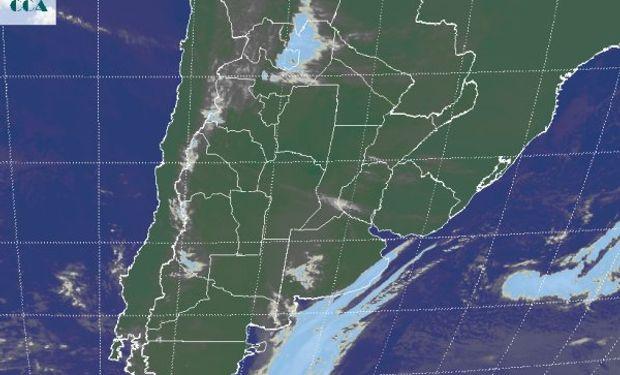 En la foto satelital solo se destaca algunas nubes de mayor desarrollo sobre la costa bonaerense.