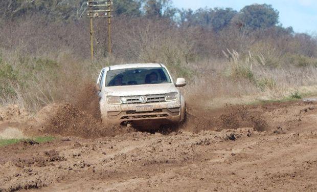 Volkswagen Amarok trasitando caminos rurales.