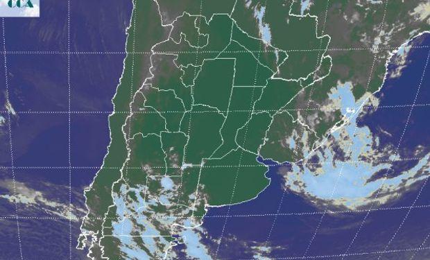 En la foto satelital se aprecia la perturbación que generó las lluvias del fin de semana y un nuevo frente que en forma desorganizada avanza desde el sudoeste.