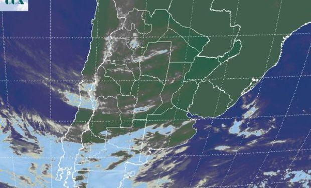 En la foto satelital puede apreciarse que las coberturas nubosas, aunque poco desarrolladas, comienzan a desplegarse desde el oeste.