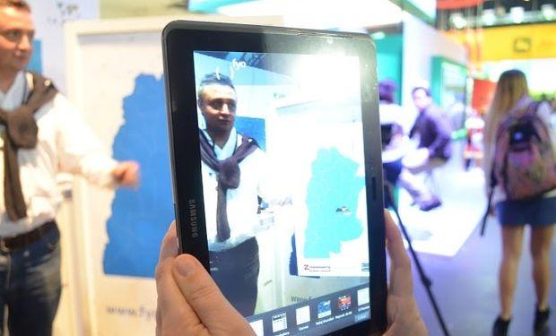 La aplicación combina elementos físicos y virtuales para mostrar información de realidad mixta en tiempo real.
