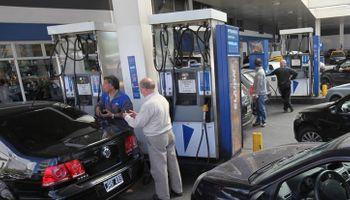 Tras las elecciones, suben 2,5% las naftas y el gasoil