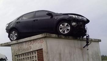 Insólito accidente: un auto voló y quedó estacionado sobre una garita
