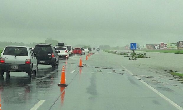 Hay una gran cantidad de vehículos atascados en la autopista.
