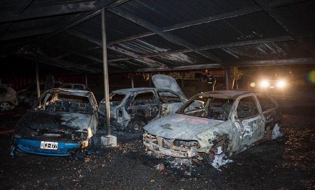 12 automóviles fueron incendiados, dañando varios más.