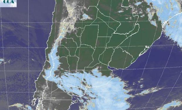 La foto satelital evidencia el avance de la nueva perturbación, afectando con vastas coberturas las provincias de LP y el sur de BA.