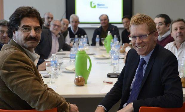 Sarquís y Curutchet en una reunión con productores. Foto: Banco Provincia
