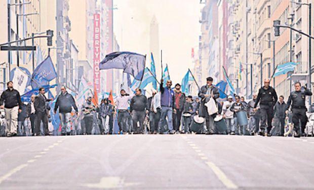 Afiliados de la Asociación Bancaria marcharon ayer por el microcentro porteño.