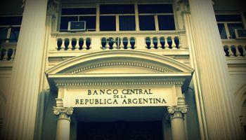 Bancos salen a vender divisas por una exigencia del Central