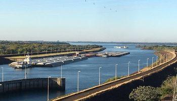 Barcazas con soja vuelven a circular tras la apertura de la mayor represa del mundo