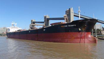 Un barco varado continúa afectando el transporte de granos