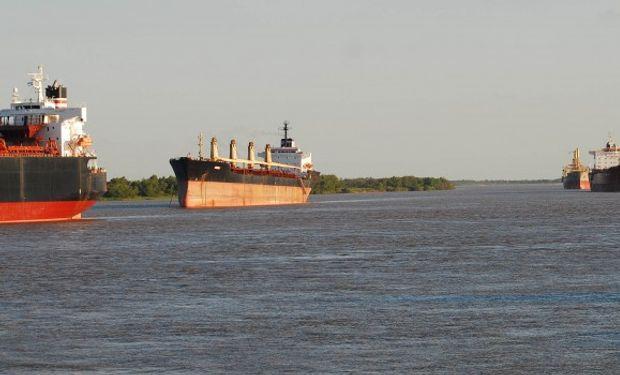Hay otros dos buques varados en el Paraná