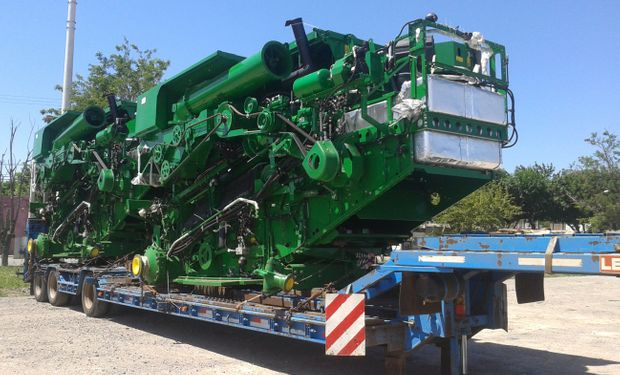 Carretón de la empresa cargado con módulos SKD de cosechadores John Deere Brasil.