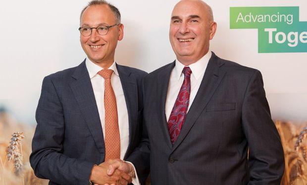 Werner Baumann (izquierda), CEO de Bayer AG, y Hugh Grant, Chairman and Chief Executive Officer of Monsanto.