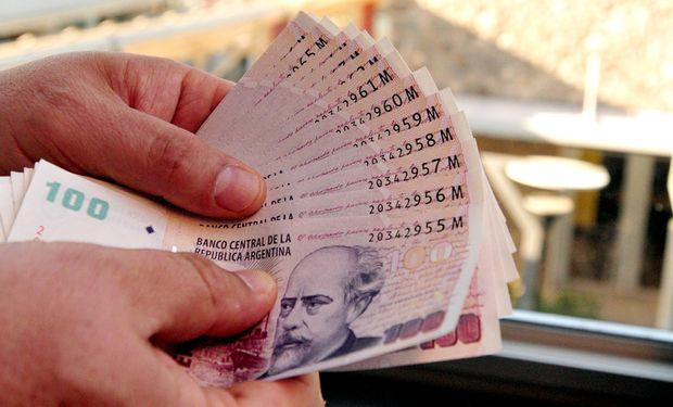 Ahora faltan los pesos: se modera la emisión y suben las tasas