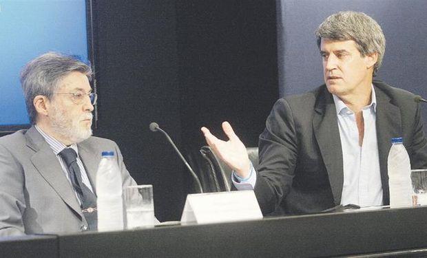"""Los proporcionaron ayer en conferencia de prensa Alberto Abad y Alfonso Prat Gay. El Gobierno habló de """"satisfacción""""."""