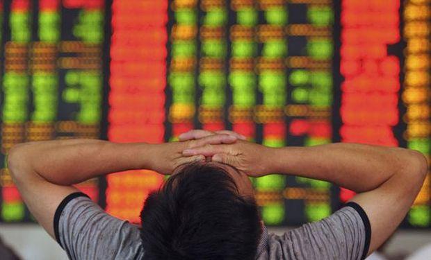 Por la caída de la bolsa, más de 500 empresas que cotizan en China anunciaron que detendrían sus operaciones. Foto: AP
