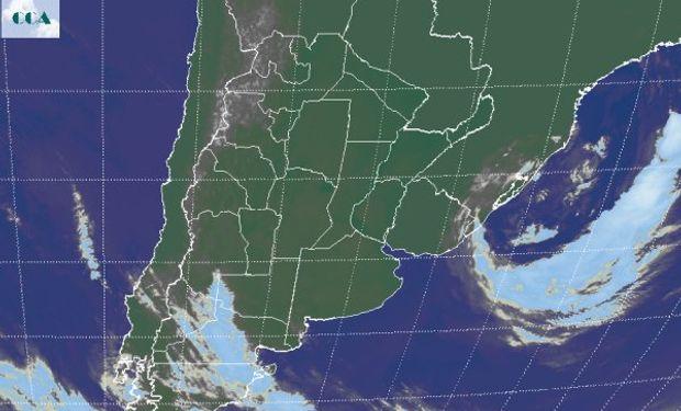 La imagen satelital presenta el corrimiento hacia el océano del sistema de baja presión.