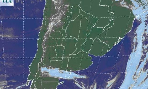 En la foto satelital se observa el desplazamiento del mal tiempo hacia el este.