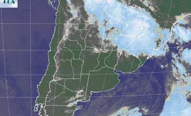 La foto satelital muestra el vasto despliegue de cielos despejados en gran parte de la región pampeana.